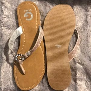 Women's Brand New Thong Guess Sandals w sole tags.